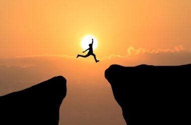 Défi challenge saut falaise soleil