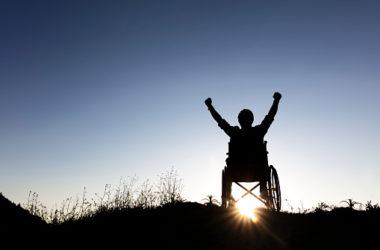 fauteuil heureux victoire bras levés soleil