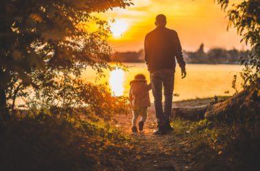père enfant marche soleil lac apprentissage